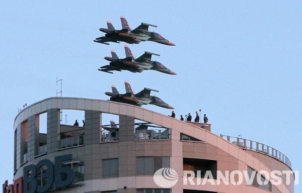 Самолеты Су-34 ВВС России принимают участие в военном параде в Минске