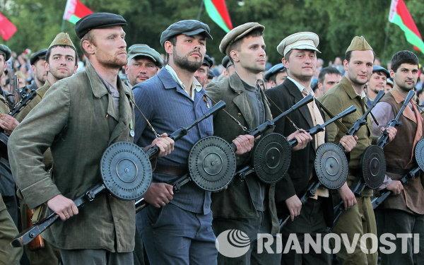 Белорусские военнослужащие в форме партизан времен Великой Отечественной войны на параде в Минске
