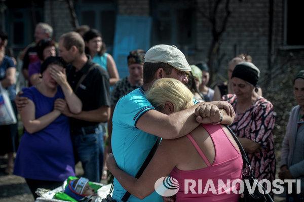 Родные и близкие во время похорон погибших в станице Луганская