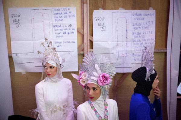 Модели за кулисами во время фестиваля Исламской моды в Куала-Лумпуре