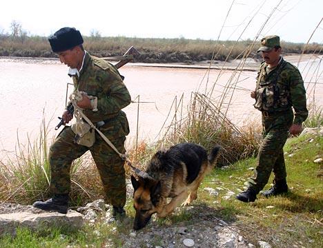 Los guardafronteras inspeccionan la franja fronteriza.