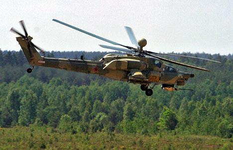 El nuevo helicóptero ruso Mi-28N Cazador Nocturno sobrevuela el aeródromo militar de Baranovichi, en Bielorrusia.