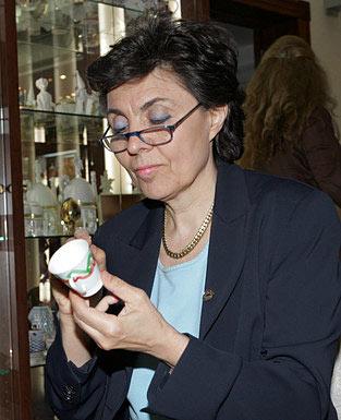 La esposa del jefe del Consejo de Ministros de Italia, Flavia  Franzoni, pintó una finísima taza de café.