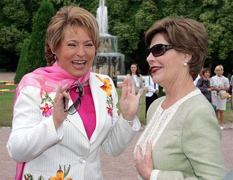 La gobernadora de San Petersburgo, Valentina Matvienko, y la esposa del presidente de EEUU, Laura Bush, visitando Peterhoff.