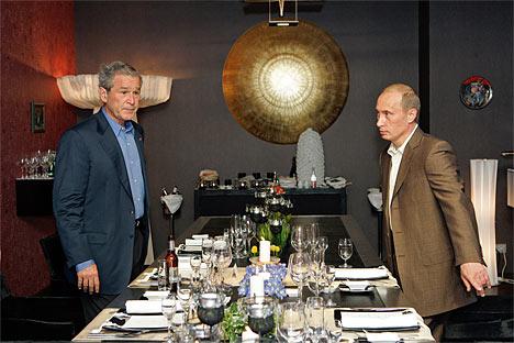 Los presidentes de EEUU y Rusia, George Bush y Vladimir Putin (de izquierda a derecha) durante una comida no oficial.