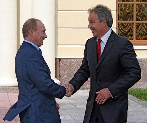 El presidente de Rusia, Vladimir Putin, y el primer ministro de Gran Bretaña, Tony Blair (de izquierda a derecha), antes de comenzar la primera reunión de trabajo de los Jefes de Estado y Gobierno.