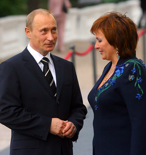 El presidente de Rusia, Vladimir Putin, con la esposa, antes de comenzar el almuerzo extraoficial de los Jefes de Estado y Gobierno.
