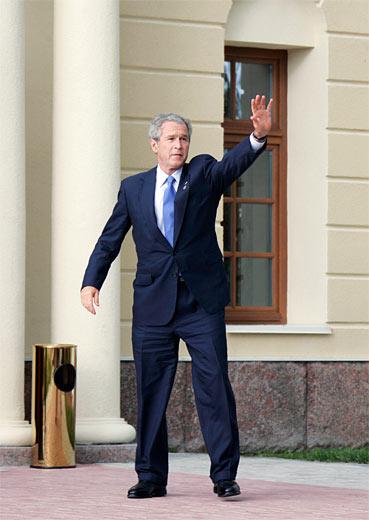 El presidente de EEUU, George Bush, antes de comenzar la segunda reunión de trabajo de los Jefes de Estado y Gobierno de los países del G8.