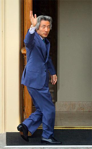 Primer ministro del Japón, Junichiro Koizumi, dirigiéndose a la reunión de trabajo de los Jefes de Estado y Gobierno.