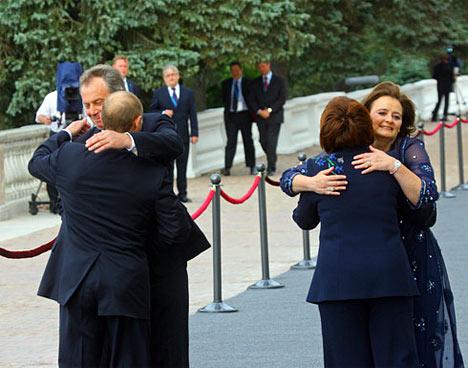 El presidente de Rusia, Vladimir Putin, con la esposa (primer plano) el primer ministro de Gran Bretaña, Anthony Blair, con la esposa (segundo plano), antes de comenzar el almuerzo extraoficial de los Jefes de Estado y Gobierno.